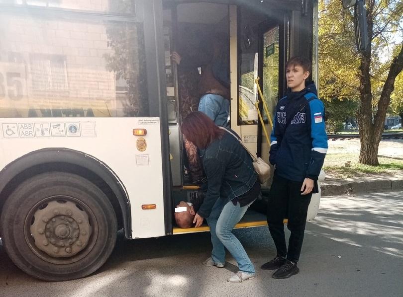 В Волгограде пассажирам пришлось самим останавливать автобус, водителю которого стало плохо